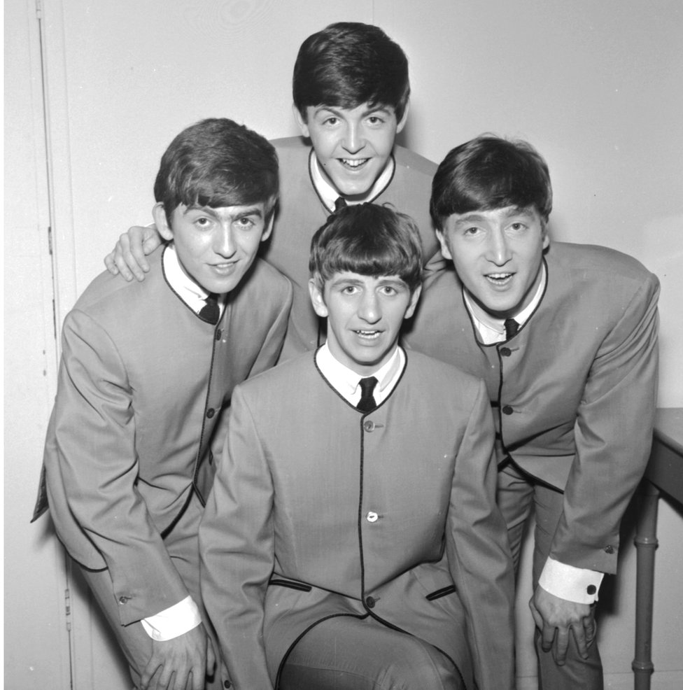 The Beatles usando Pierre Cardin.