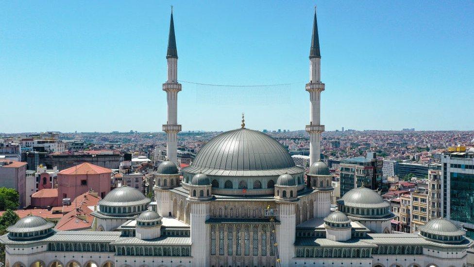 صورة للمسجد، الذي بدأت عملية البناء قبل 4 سنوات، في ساحة تقسيم في اسطنبول، تركيا في 25 مايو/أيار 2021
