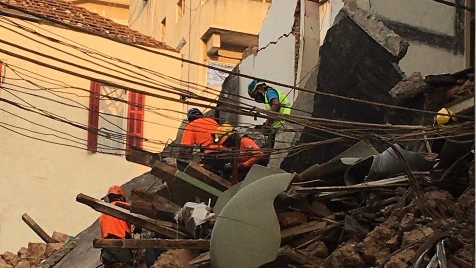 Rescatistas entre escombros en Beirut