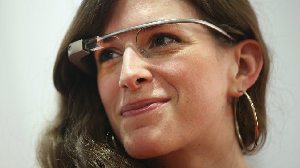 Una mujer con unos Google Glass