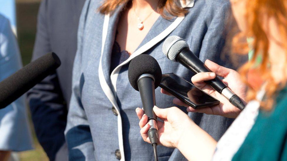 Жінка дає інтерв'ю