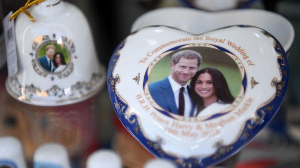 Merchandising con la imagen de Harry y Meghan.