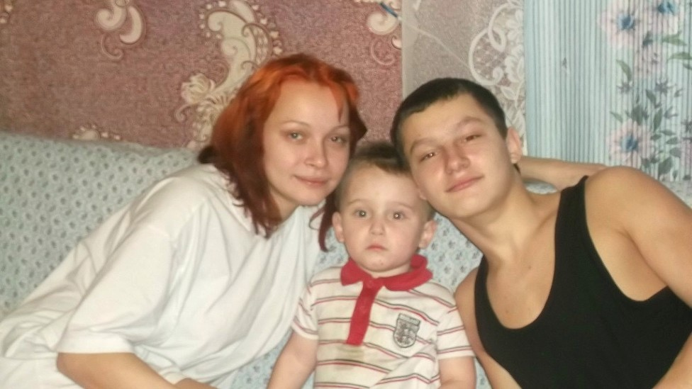 Hanna, su hermano mayor (a la derecha) y uno de sus hijos.
