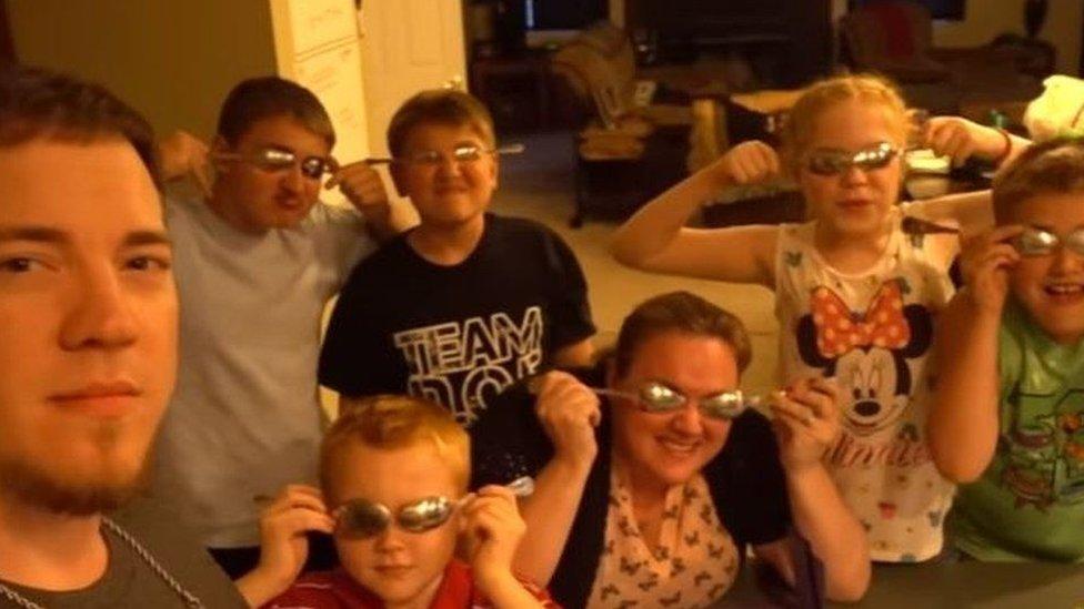 El youtuber Daddyofive posa con su mujer y sus seis hijos