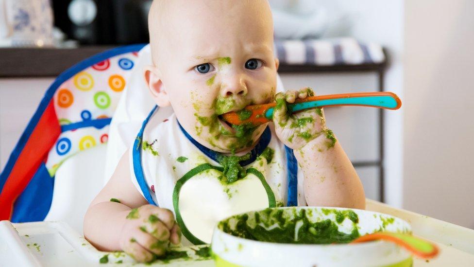 Bebé jugando con comida