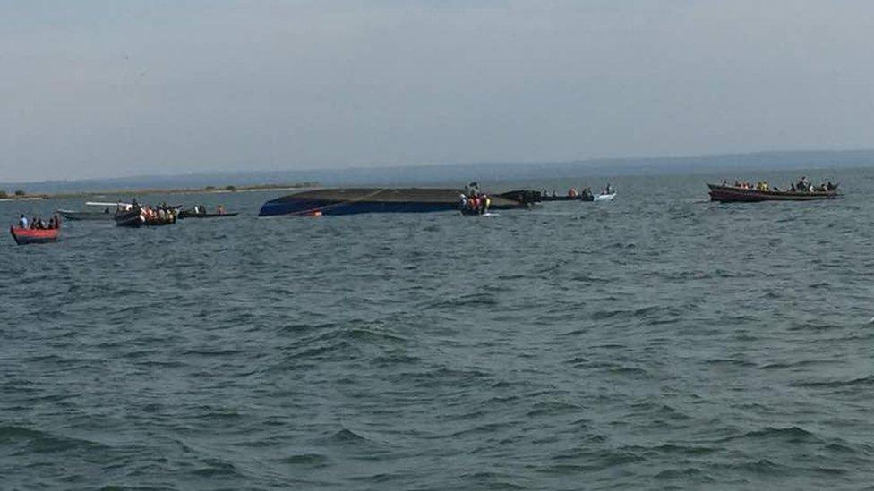 Barco volcado en Tanzania