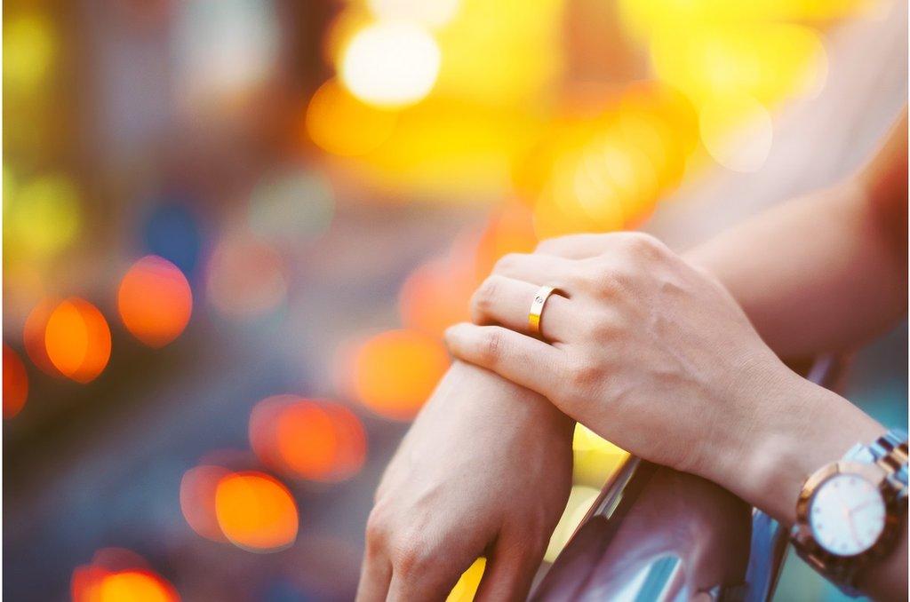 家人要求結婚成家的壓力使得很多單身女子容易墜入愛情騙子的陷阱。
