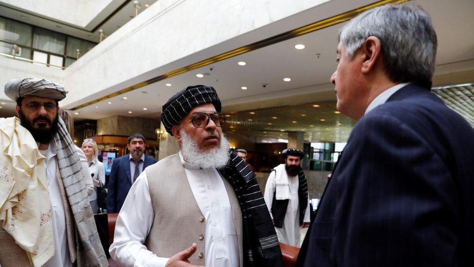 Mayo de 2019: representantes de los talibanes conversan con el enviado presidencial ruso a Afganistán, Zamir Kabulov.