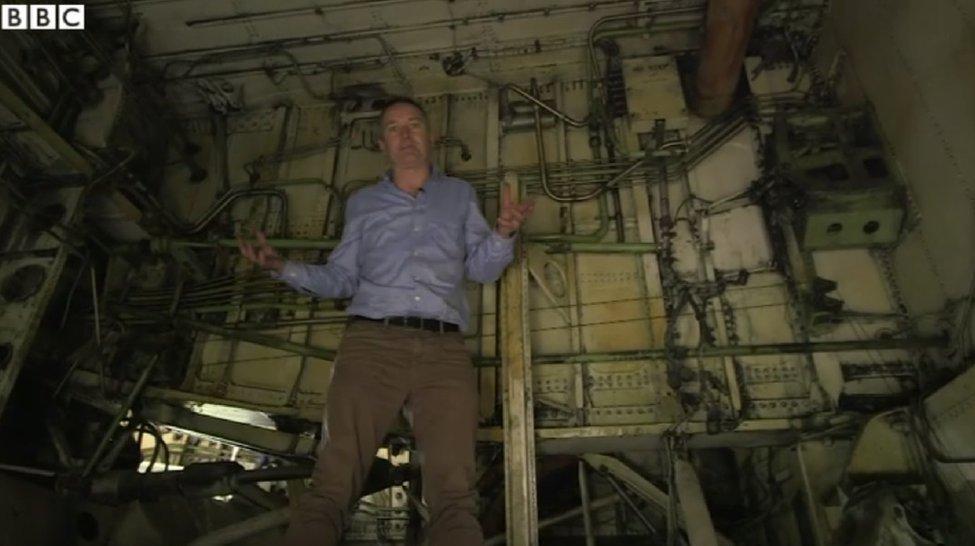 مراسل بي بي سي، روب ووكر، داخل تجويف عجلات هبوط إحدى الطائرات
