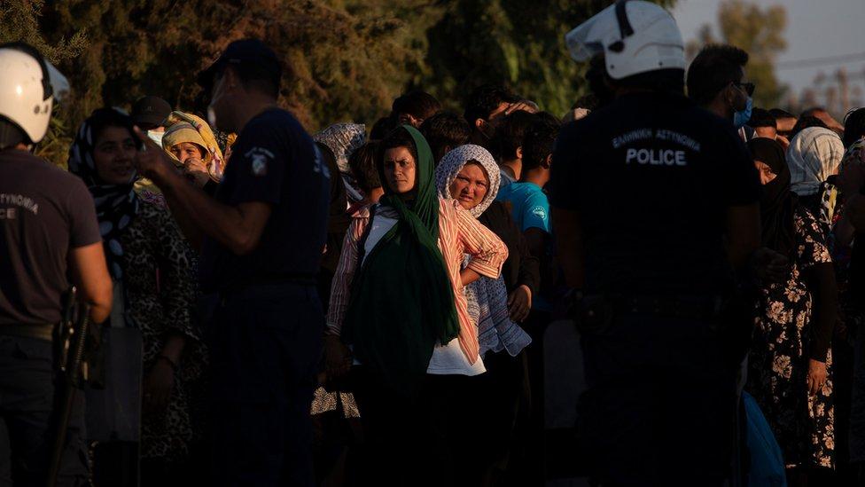 Migrantes y refugiados que esperan para registrarse en el campamento temporal Kara Tepe