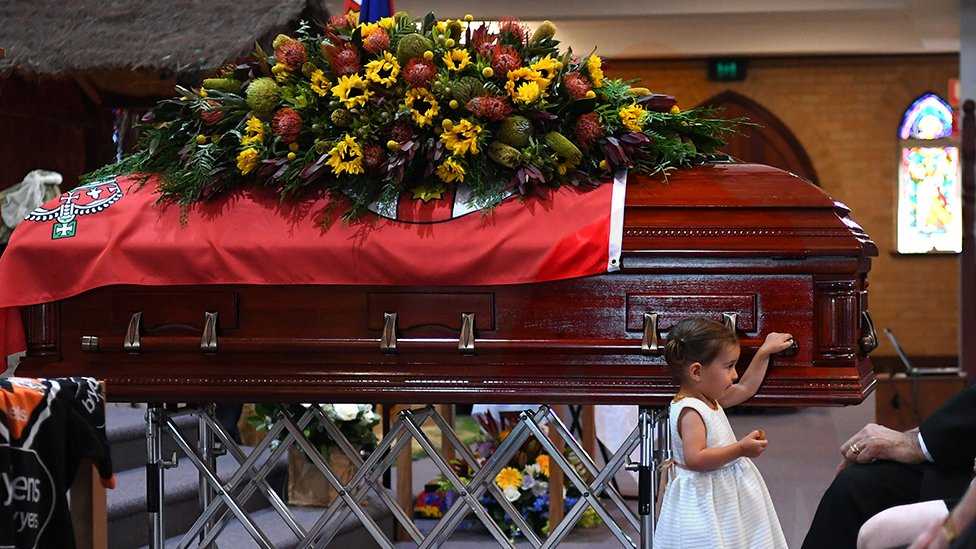 ابنة أحد رجال الأطفاء المتطوعين الذي فقد حياته