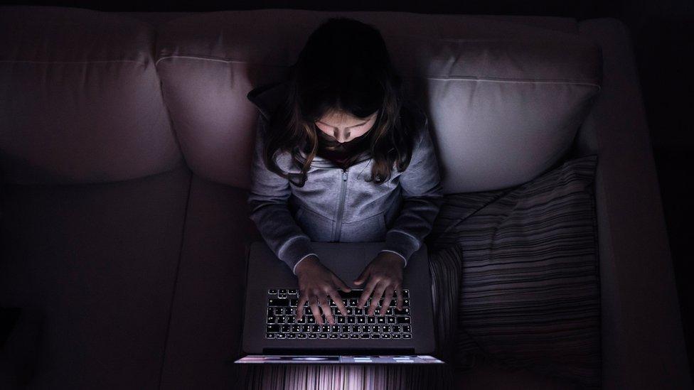 Chelsea Hunter, nombre ficticeo, se hace pasar por una menor para que los pedófilos entren en contacto con ella por internet. (la imagen es de una modelo).
