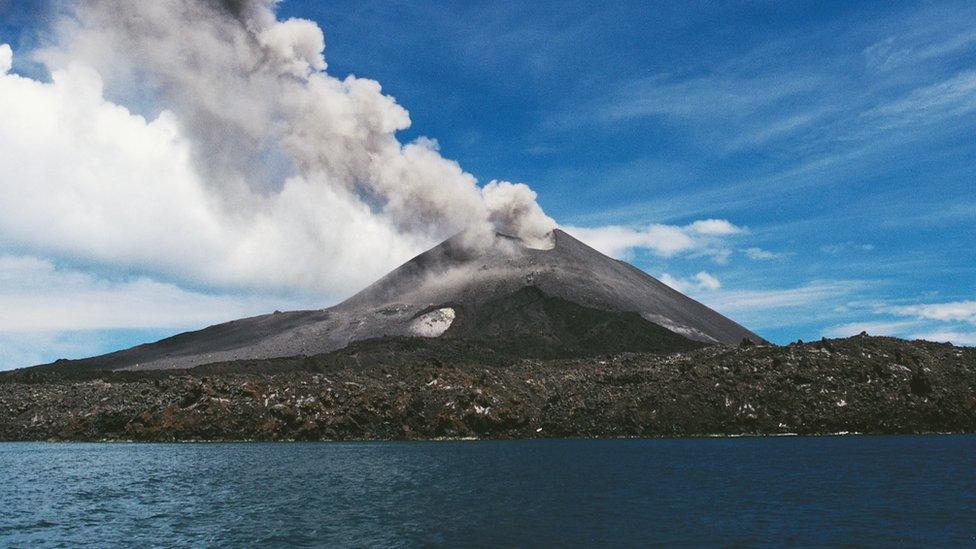 Krakatoa echando humo