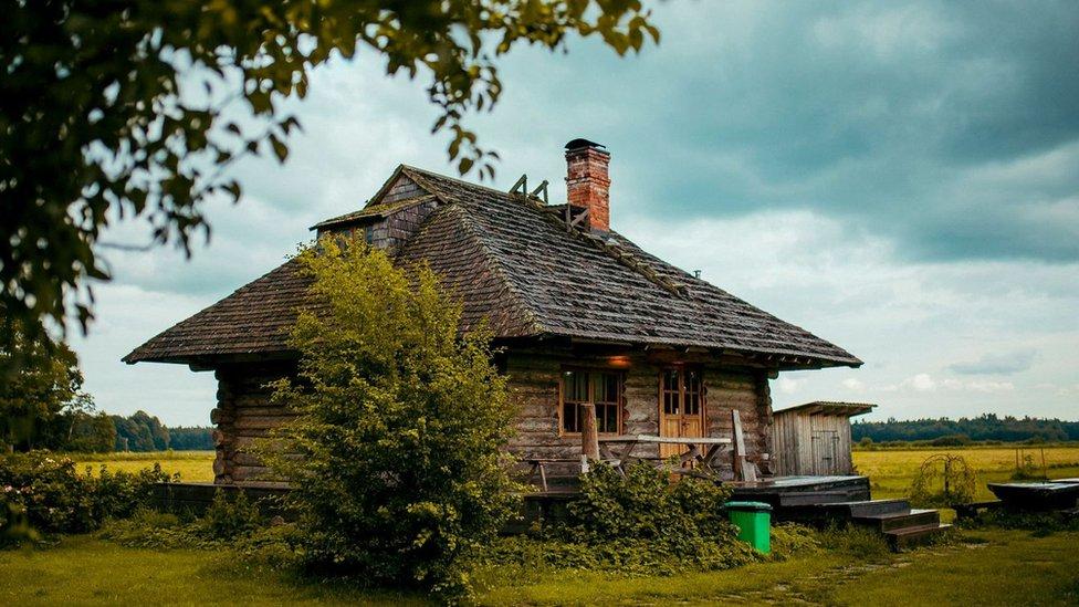 Una casa de campo en medio de un prado en Estonia