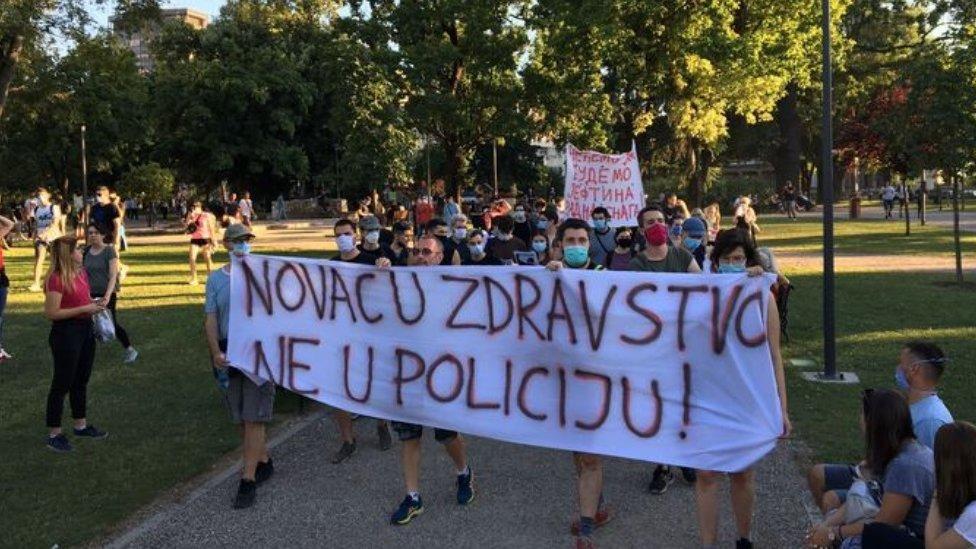 Tokom prva dva dana proteste su obeležili brojni sukobi policije i demonstranata, a u četvrtak je sve proteklo manje više mirno, uz nekoliko manjih incidenata
