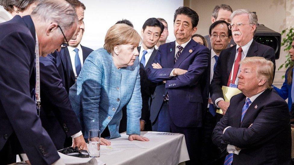 Trump, rodeado del resto de líderes asistentes a la cumbre del G-7.