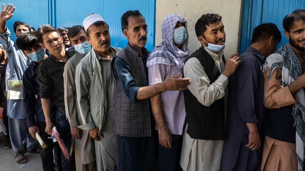 Afganlar Kabil'de saatlerce uzun pasaport kuyruklarında bekliyor