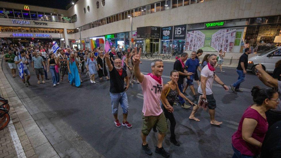 Israelíes celebrando la salida de Netanyahu.