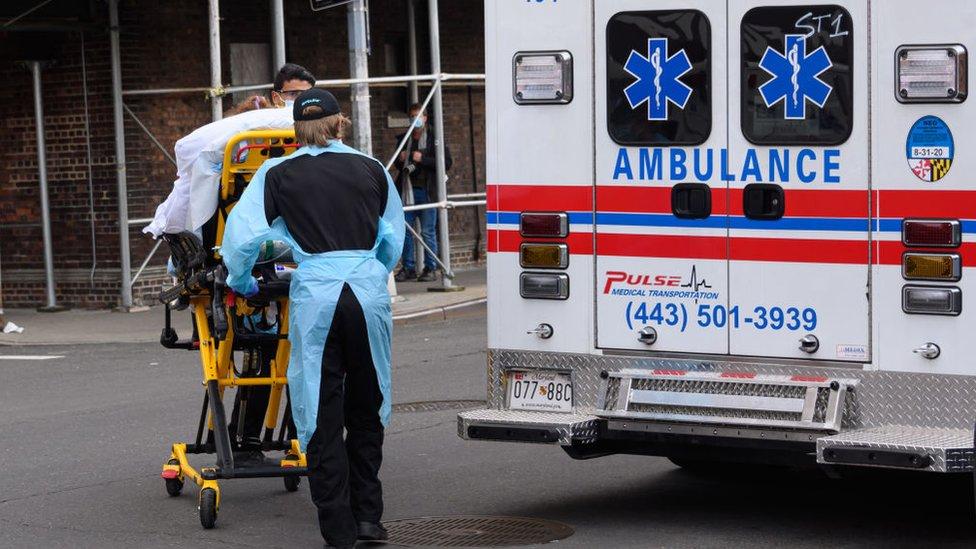 Personal sanitario junto a una ambulancia en Nueva York
