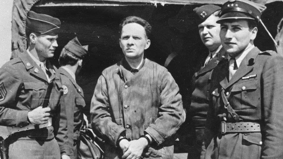 Excomandante del campo de concentración Auschwitz Rudolf Hoss en el aeropuerto de Nuremberg. Alemania