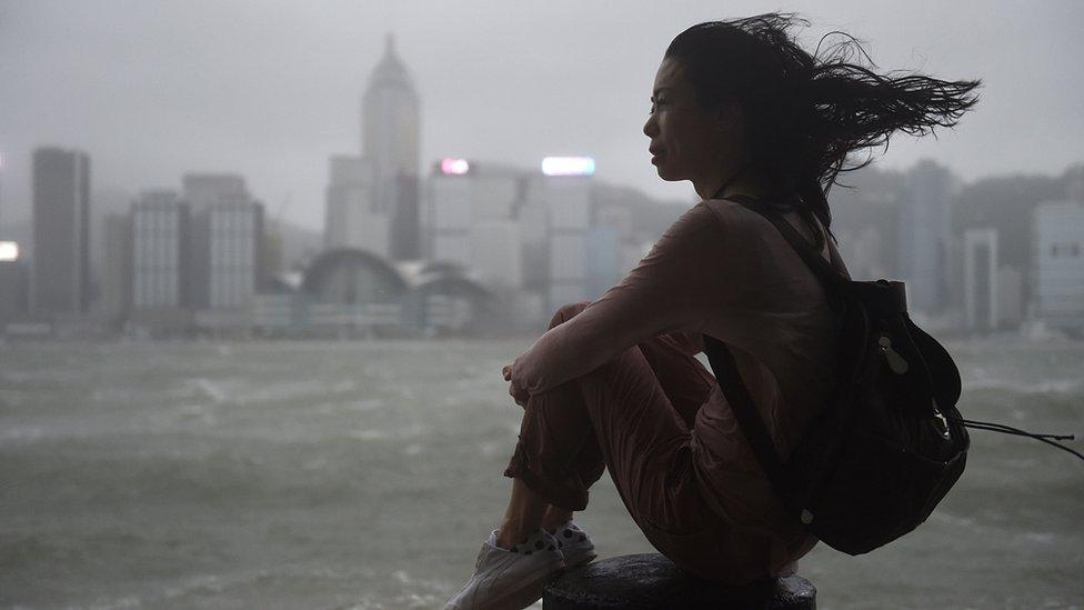 颱風天鴿迫近香港之際一位女士坐在尖沙咀海旁看海(23/8/2017)