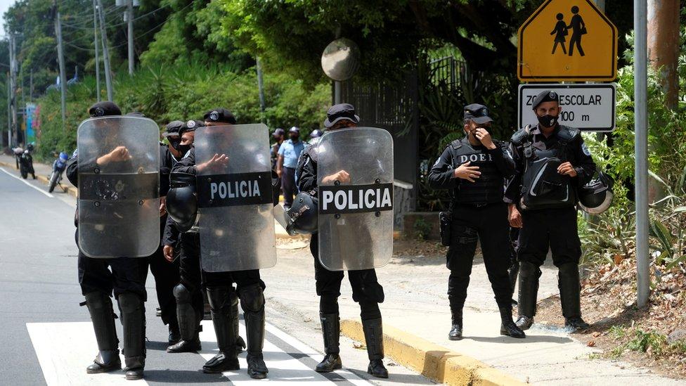 Policías en el exterior de la residencia de Cristiana Chamorro, quien está bajo arresto domiciliario.