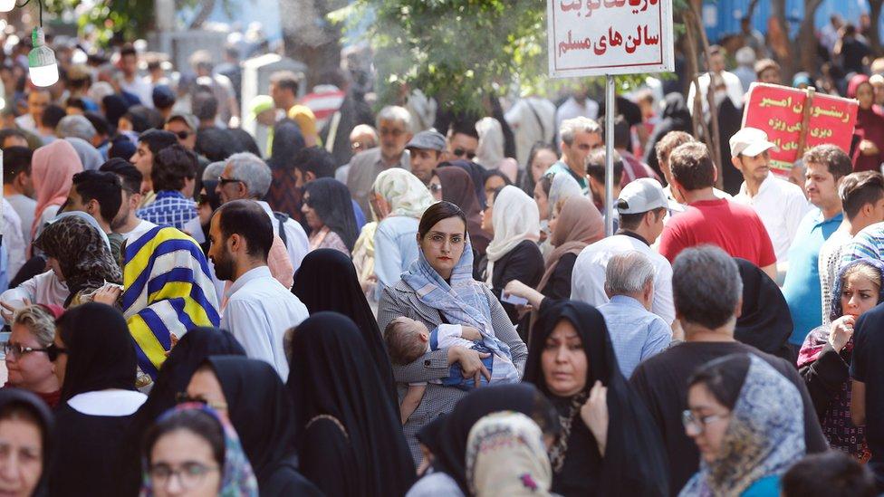 Multitud de personas en Teherán, Irán