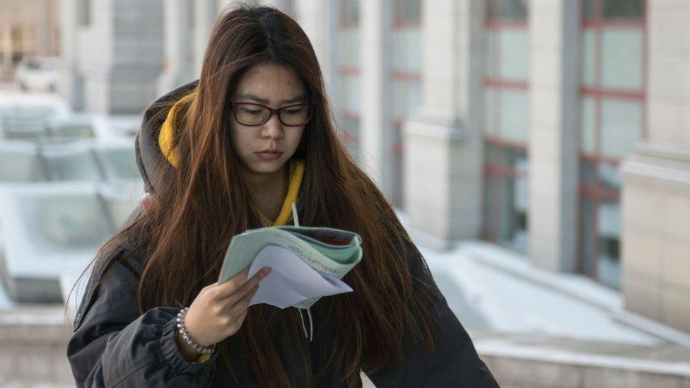 Mujer china leyendo