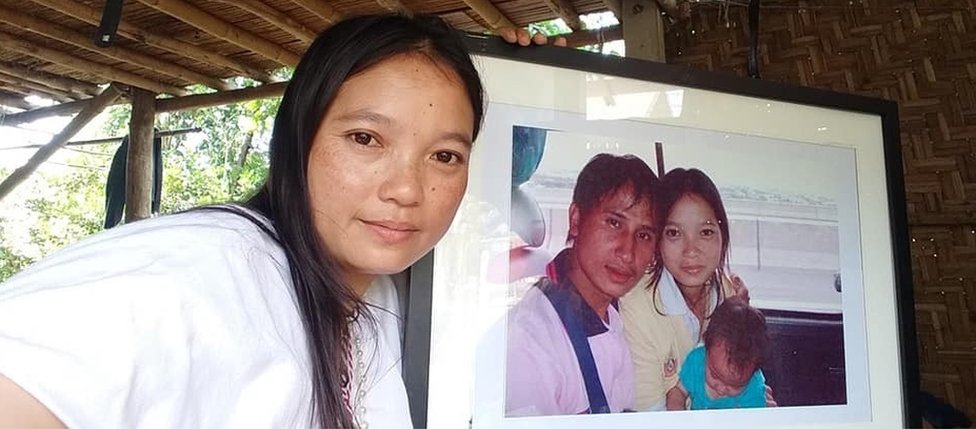 Muenoor y una foto de su familia