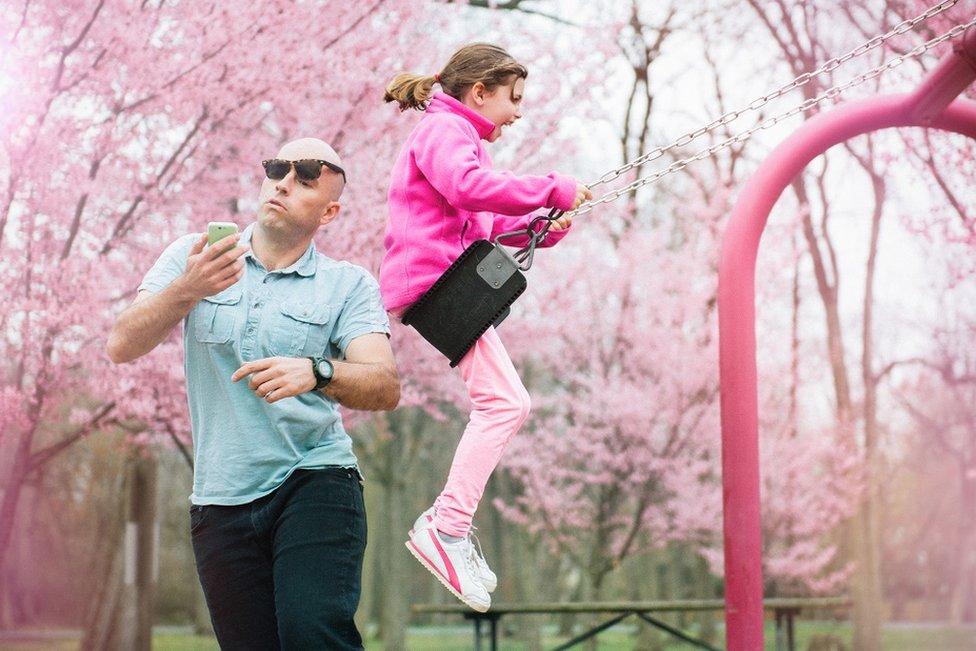 أب تصدمه ابنته التي تركب الأرجوحة بينما يتحدث على هاتفه المحمول