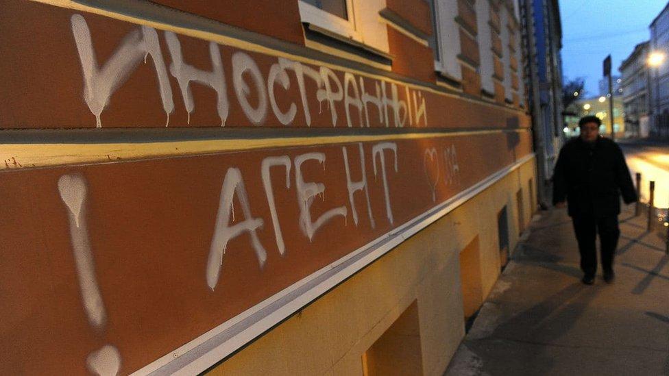 Феминистка из Петербурга подала в суд на минюст за включение в реестр иностранных агентов