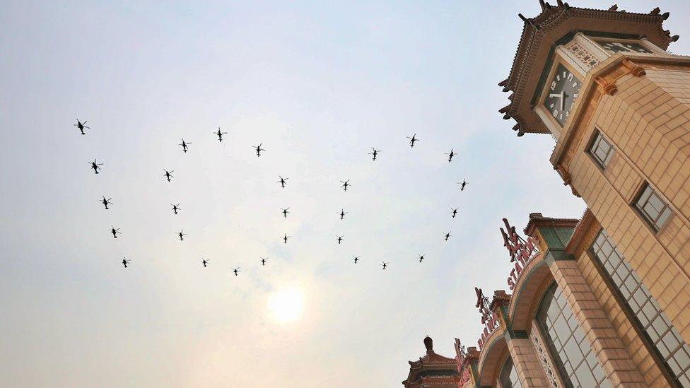 عرض بالطائرات الحربية في سماء بكين
