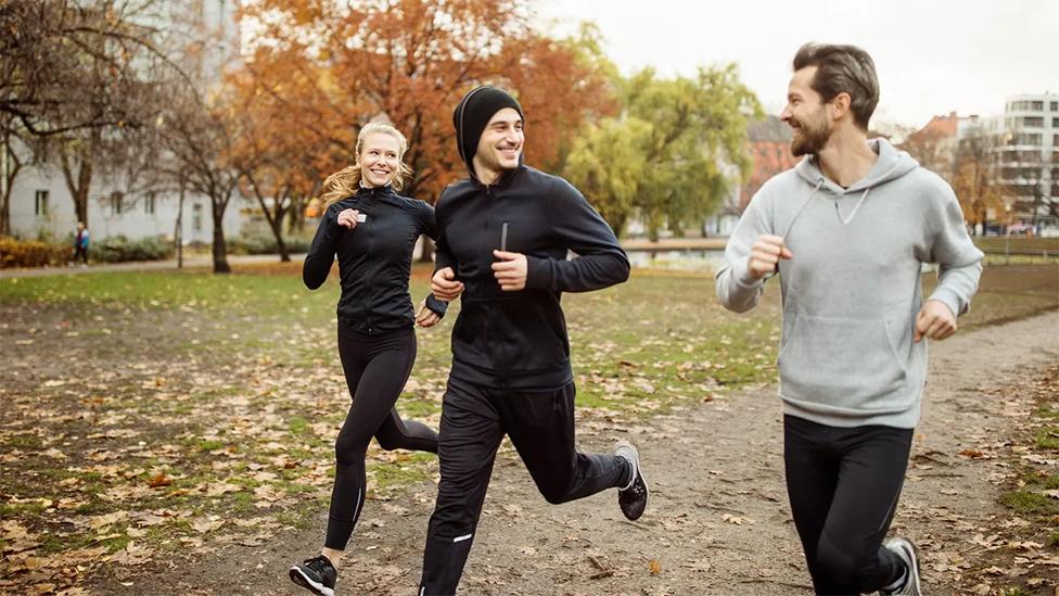 Dos hombres y una mujer corriendo