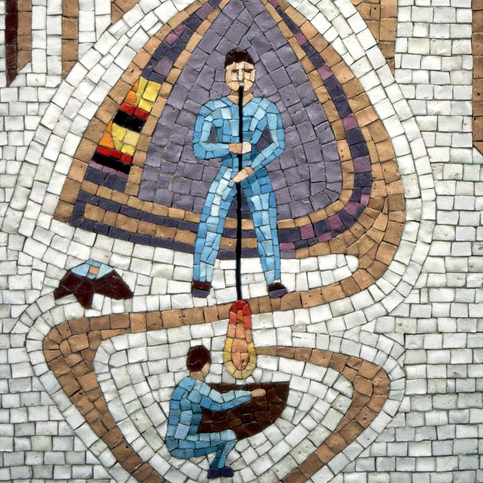 Mosaico que adorna una pared de Venecia mostrando un soplador de vidrio.