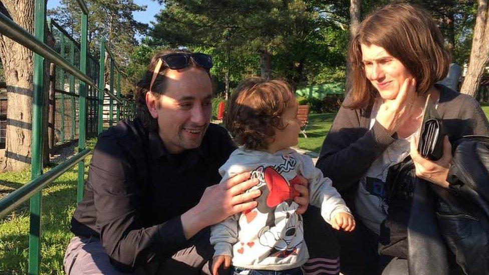 Marko Protić sa suprugom i jednogodišnjom ćerkom