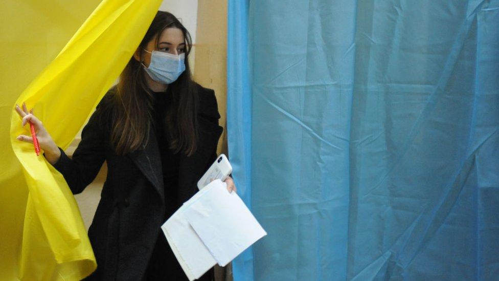 Украина считает голоса на местных выборах. Кто где побеждает?