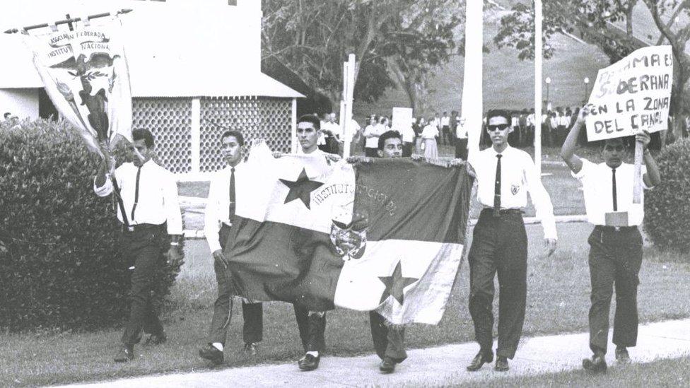 Estudiantes panameños que accedieron a la Zona del Canal.