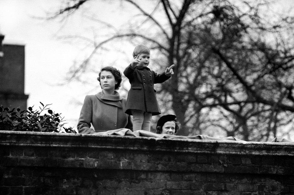Princeza Elizabeta sa dvogodišnjim sinom Čarlsom