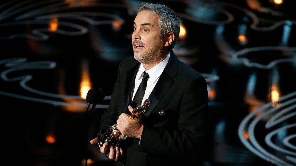 Alfonso Cuarón recibiendo un Óscar
