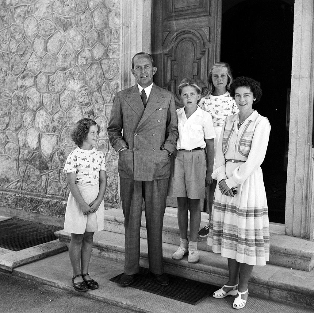 Los reyes Pablo y Federica de Grecia y sus tres hijos, Sofía, Constantino e Irene, alrededor de 1950.