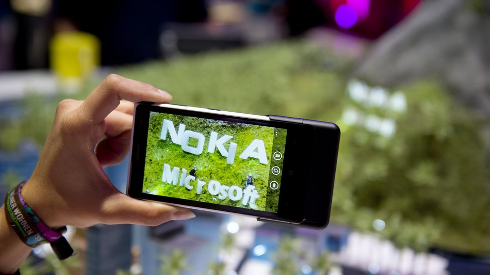 Después de una apuesta fallida con Nokia, Microsoft optó por abandonar el mercado de los teléfonos inteligentes.