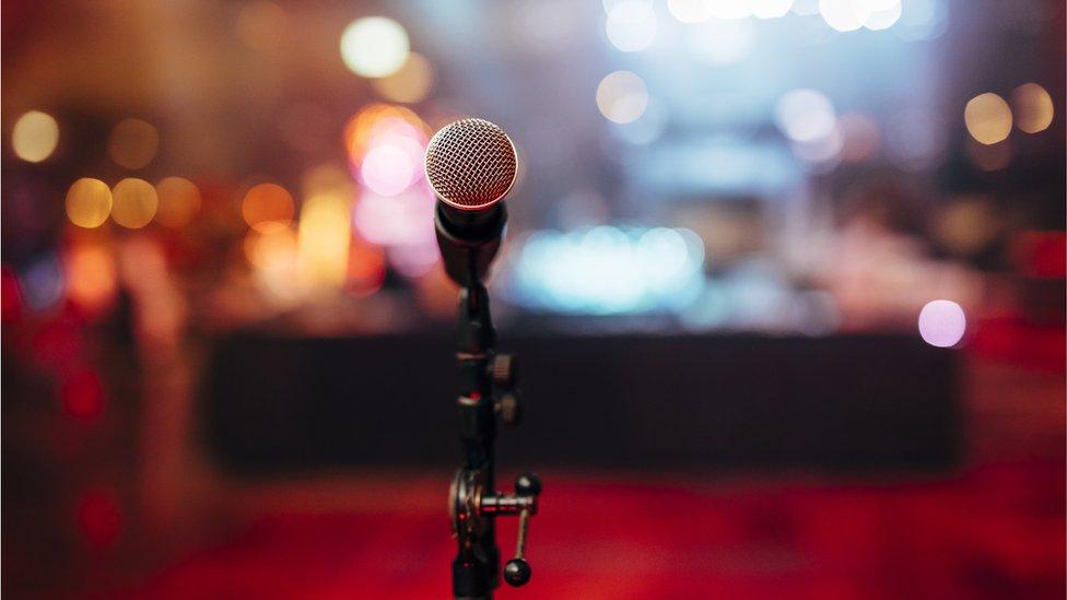 Un micrófono en un escenario