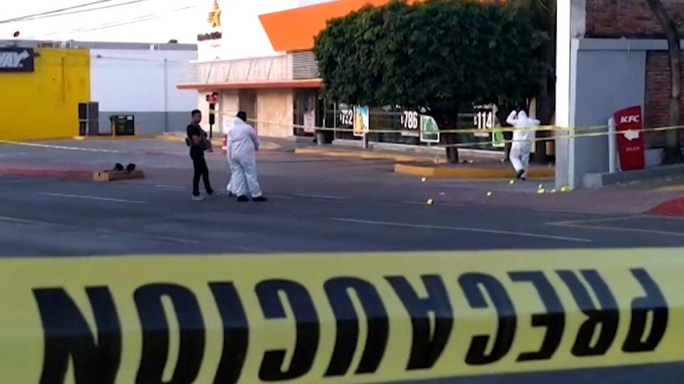 Imagen tomada de un video de AFPTV que muestra a investigadores forenses de la policía atravesando la escena del crimen en una estación de autobuses donde hombres armados mataron al menos a cinco personas e hirieron a una en Cuernavaca, en el estado central mexicano de Morelos, el 2 de septiembre de 2019.