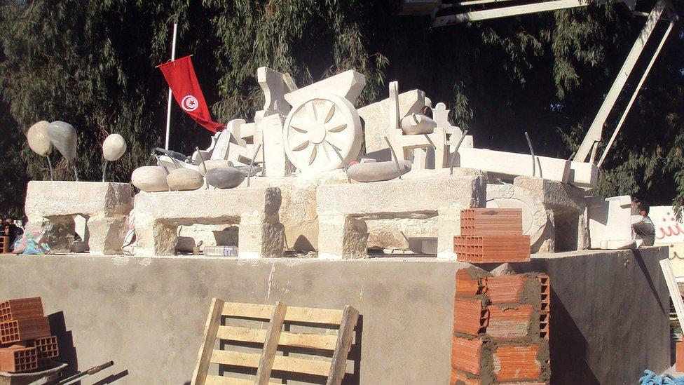 مجسم لعربة محمد البوعزيزي في ساحة سيدي بوزيد في تونس،