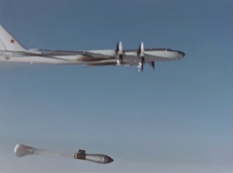 Un avión suelta la Bomba del Zar