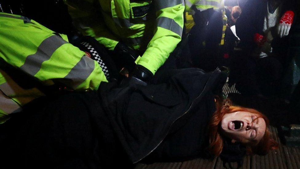 La policía detiene a una mujer que participaba en la vigilia por Sarah Everard en Clapham Common, Londres.