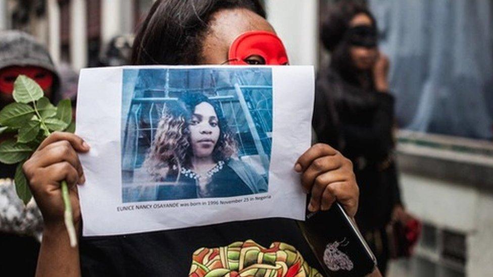 Un manifestante sostiene una foto de Eunice Osayande.