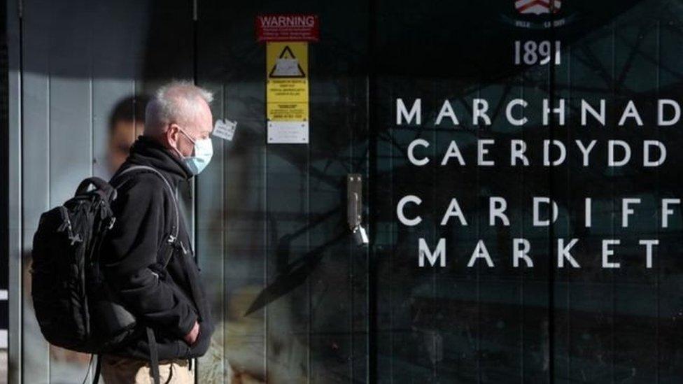Dyn mewn masg ger Marchnad Caerdydd