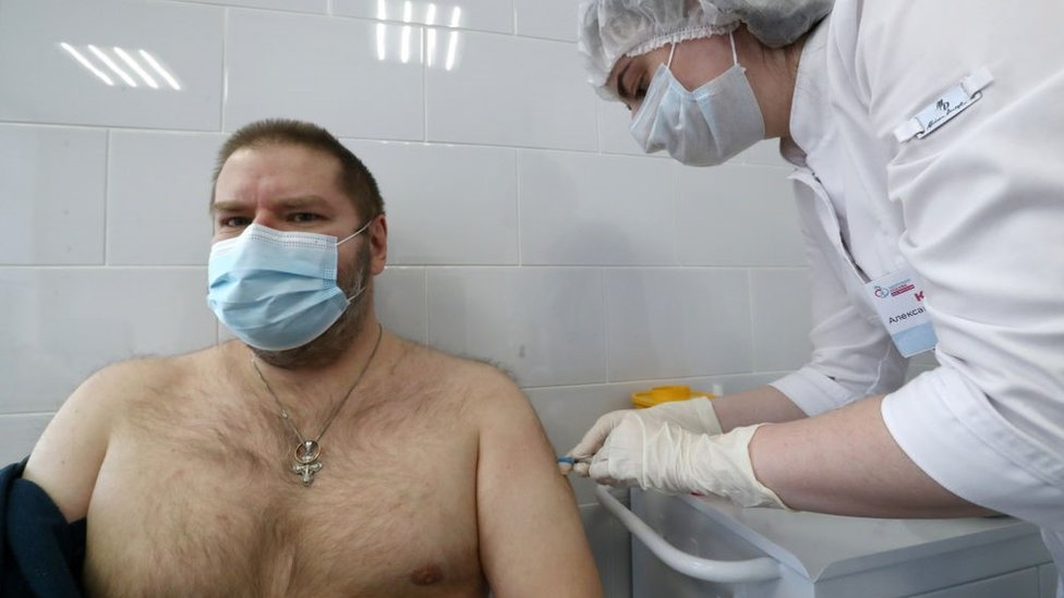 Hombre siendo vacunado en Moscú