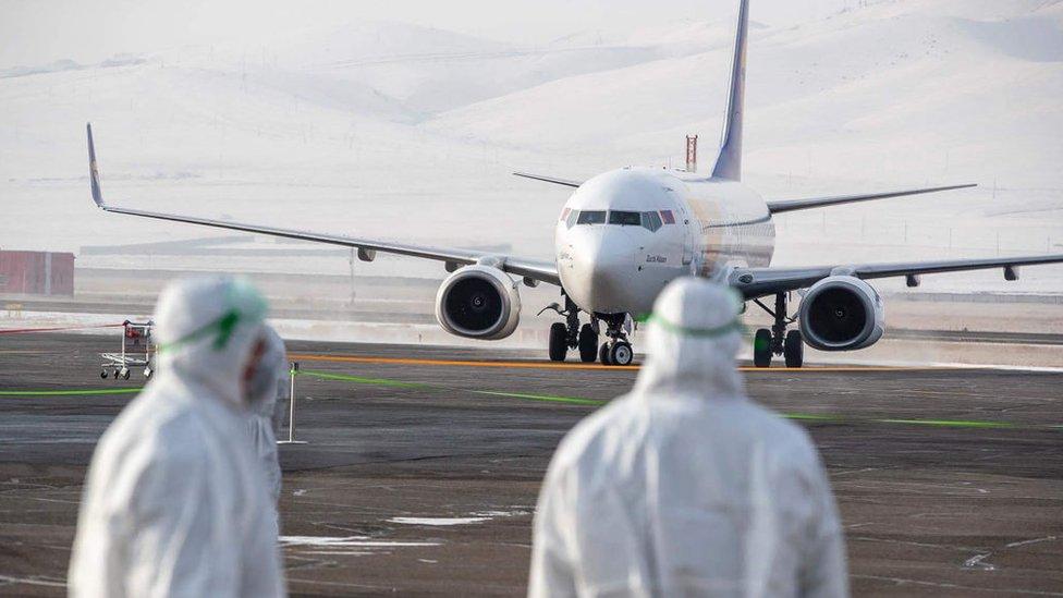Avión que traslada a mongoles de vuelta a Mongolia desde Wuhan.
